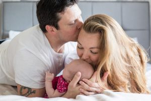 Newborn Photographer Aberdeenshire - Baby photography aberdeenshire - Debbie Dee Photography - Lifestyle newborn - in-home baby photos - mum kissing baby - dad kissing mum