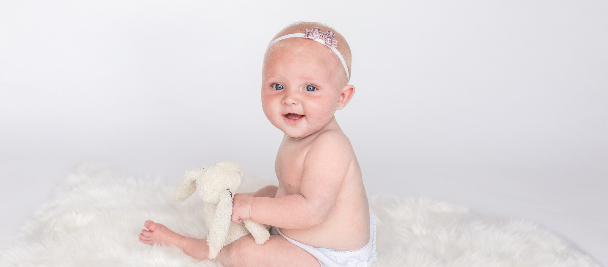 Six month old baby sitting up for photo session aberdeenshire scotland - Debbie Dee Photography
