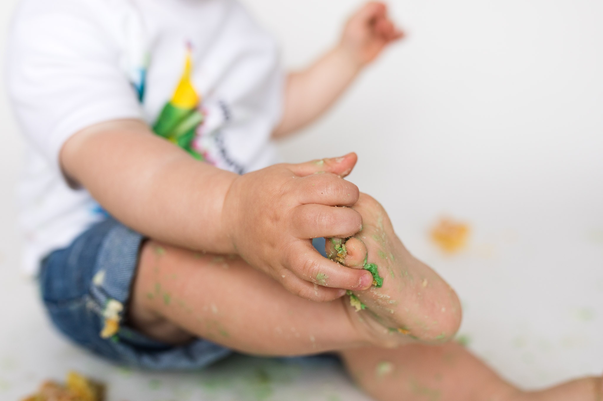 close up of cake hands and toes - aberdeen cake smash photographer - debbie dee photography